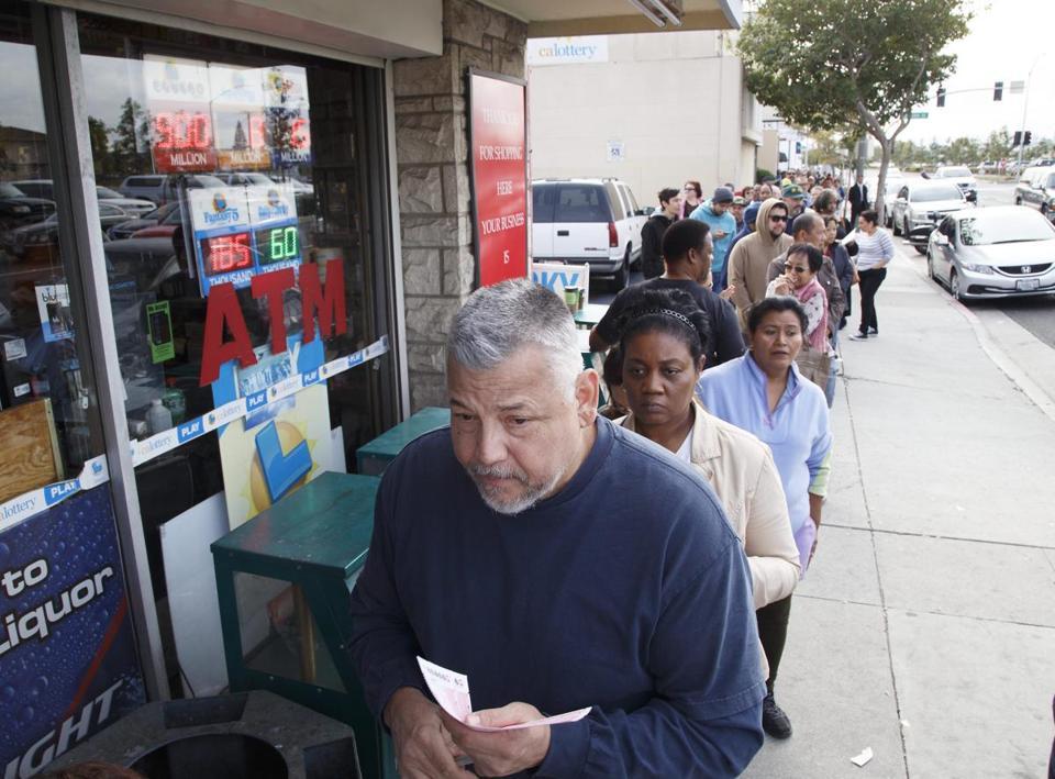 Nhiều người Mỹ xếp hàng mua vé số PowerBall trị giá gần 300 triệu USD