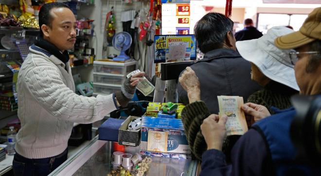 Anh Nguyen Thuy (trong ảnh), chủ cửa hàng gốc Việt nơi bán chiếc vé may mắn cho Steve Tran, cũng nhận được một triệu USD tiền hoa hồng. Ảnh: AP