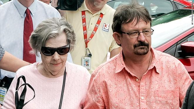 Cụ bà Gloria Mackenzie may mắn thắng giải sau khi được nhường mua vé số. Ảnh: AP.