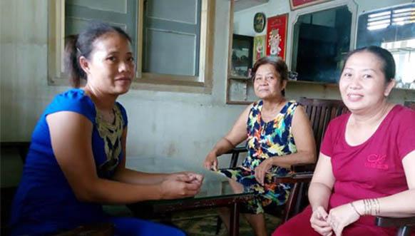 Chị Đào (người mặc áo xanh) trúng 92 tỷ đồng - Ảnh: VietnamNet