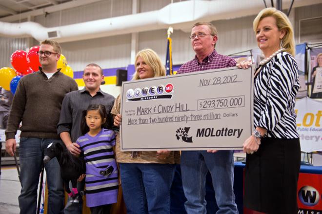 Giải xổ số Powerball vào tháng 11/2012 trị giá 587,5 triệu USD và được chia đều cho ông bà Mark and Cindy Hill (giữa ảnh), ở bang Missouri, và ông Matthew Good, ở bang Arizona. Chiếc vé trúng giải là một trong 5 vé xổ số mà bà Cindy, 51 tuổi, mua với số tiền chỉ vọn vẹn 10 USD. Ảnh: MCT