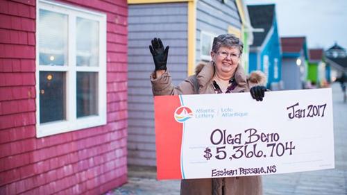 Bà Olga Beno và giải thưởng 5,3 triệu CAD. Ảnh: Atlantic Lottery